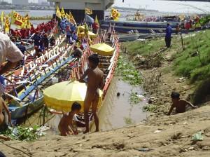 strassenkinder suchen zwischen all den touristen des bwaterfestivals nach altenm flaschen,