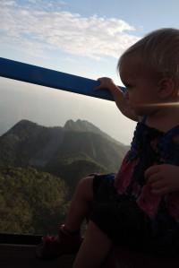 Mayla hoch ueber dem Dschungel in der Seilbahn